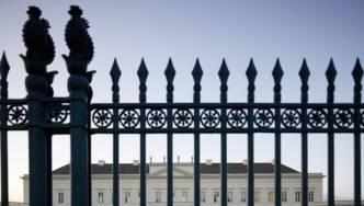 Blick auf Schloss Herrenhausen durch das Eingangstor.